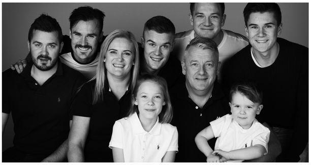 Ingrid Ingebrigtsen kuvassa alarivissä vasemmalla. Norjalainen tv-kanava NRK tekee perheestä tosi-tv-sarjaa Team Ingebrigtsen.