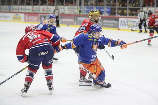 Tapparan Jere Karjalainen oli paha pideltävä HIFK:lle, jota tässä edustavat Ville Varakas ja Otto Paajanen.