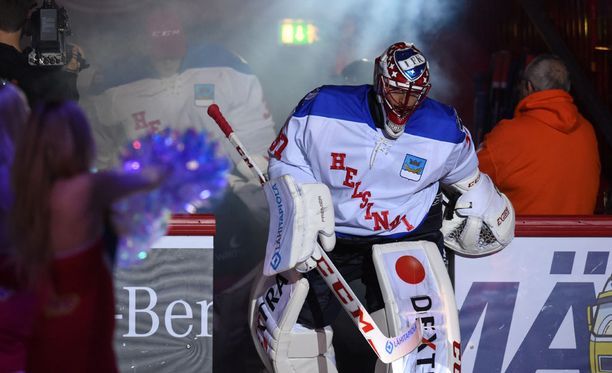 Niklas Bäckström päällään komea retropaita.