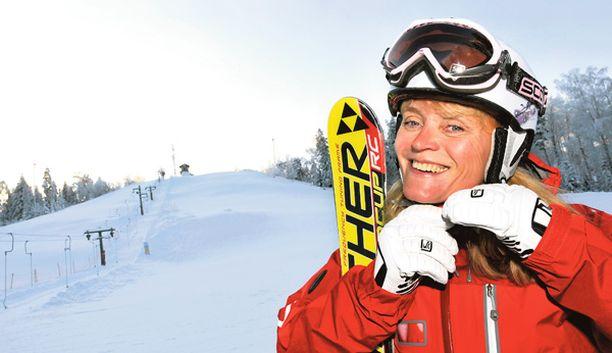 RINNERAKETIT Suomen Hiihtokeskusyhdistyksen toiminnanjohtaja Sari Tollet muistuttaa oman vauhdin pitämisestä aisoissa. - Modernit laskettelusukset mahdollistavat varsin suuret vauhdit myös vähäisillä taidoilla, tietää Tollet.