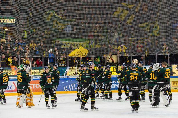Tampereen seudulle on syntynyt viime viikkojen aikana Ilves-ilmiö. Runkosarjan lopussa Ilves voitti yhdestätoista viimeisestä ottelustaan kahdeksan ja jäi vain kahdesti pisteittä. Säälipleijareissa Ilves kepitti Ässät voitoin 2-1.