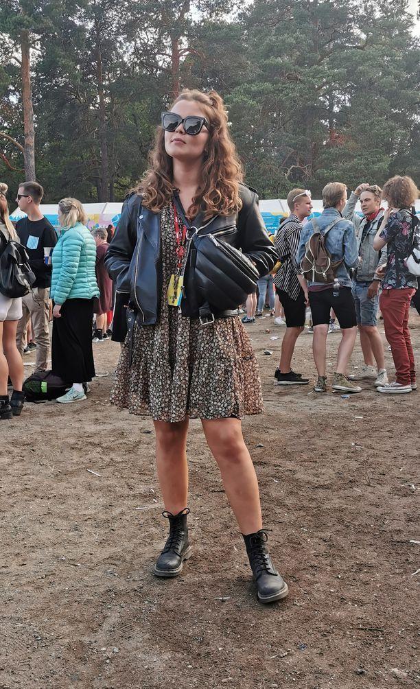 Muotibloggaaja Annika Ollilan maiharit, nahkatakki ja kukkamekko ovat festarityylin klassikoita.