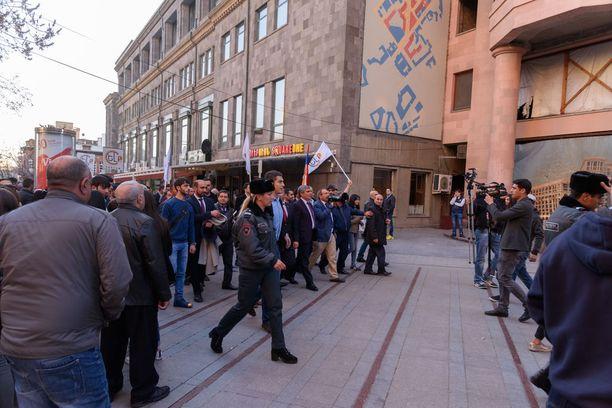 Tutkija Mikko Palonkorpi on vieraillut Etelä-Kaukasiassa lukuisia kertoja. Vuonna 2017 hän toimi vaalitarkkailijana Armenian parlamenttivaaleissa. Myös tuolloin vaalien yhteydessä järjestettiin mielenosoituksia.