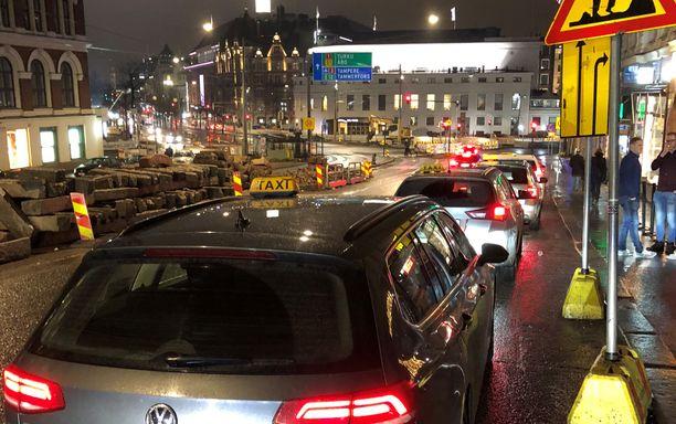 Erottajan taksiasemalla riittää lauantaina iltayhdentoista aikaan takseja pitkäksi jonoksi. Valtaosa autoista on isojen taksifirmojen ulkopuolisia yrittäjiä. Monilla on kuitenkin samanlainen pieni hinnasto ikkunassa.