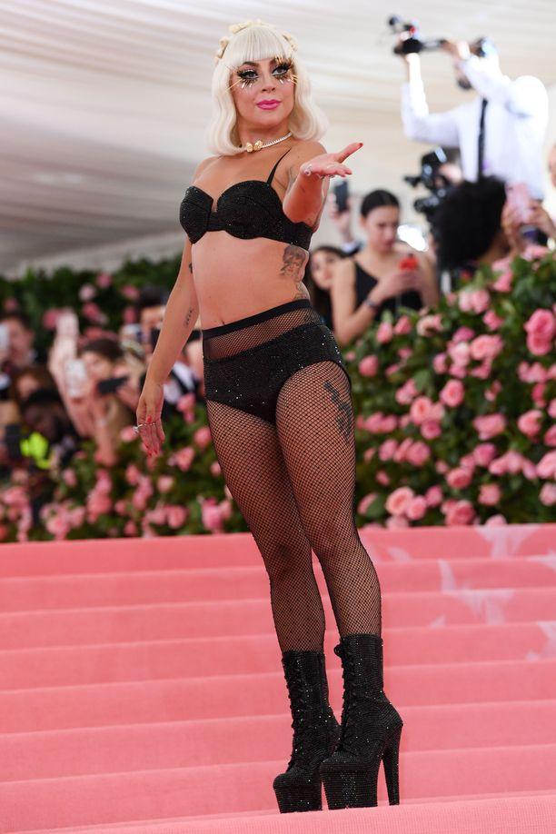 Lady Gagan Met-gaalan performanssiin kuului myös lopulta kuoriutuminen puvusta pois.