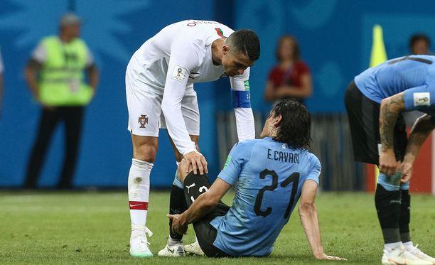 Cristiano Ronaldo kävi kysymässä Edinson Cavanin vointia lauantain neljännesvälierän tuoksinassa.