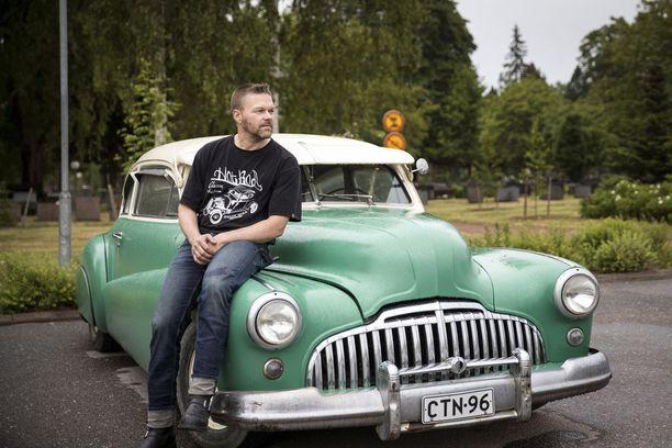"""Jani Tynkky ja Kaliforniasta asti Suomeen tuotu surffineiti vuosimallia 1946 ovat molemmat samanluonteisia. """"Kyllä tällä on hyvä ja lämmin sydän. Ihan niin kuin omistajallaankin"""", vakuuttaa Tynkky nojatessaan Buick Super Sedanettensa kylkeen."""