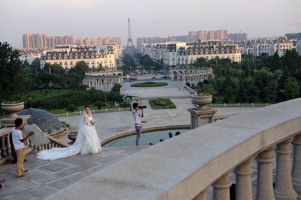 Morsiusparit ovat löytäneet Kiinan Pariisin: se on suosittu paikka häävalokuvien ottamiseen.