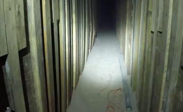 Kuuden metrin syvyydessä kulkeva tunneli oli korkeudeltaan noin 1,5 metriä ja leveydeltään vajaan metrin.