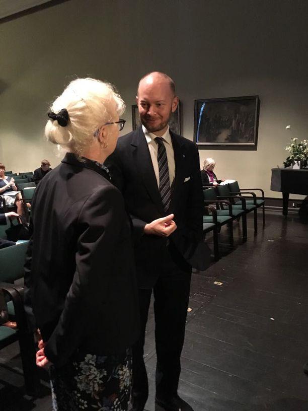 Työ- ja sosiaalioikeuden dosentti Jaana Paanetoja esittää häirinnän ja epäasiallisen kohtelun kitkemiseksi useita toimenpiteitä, jotka liittyvät muun muassa vastuiden, velvoitteiden ja oikeuksien selkeyttämiseen. Paanetoja luovutti selvityksensä Sampo Terholle keskiviikkona.