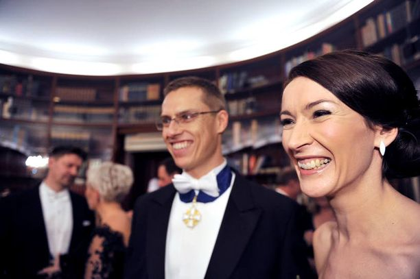 Ulkoministeri Alexander Stubbin englantilainen Suzanne-vaimo yllätti puhumalla suomea. Hän selvitti pukunsa suunnittelijan selvällä suomenkielellä, vaikka pinnistys vaati myös naurulihaksia.
