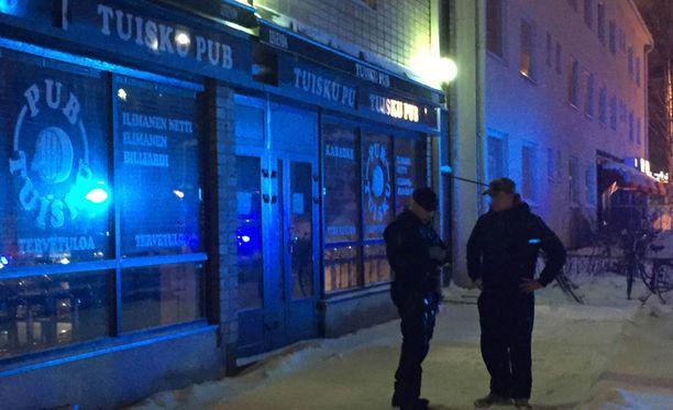 Surmat tapahtuivat noin kello kuuden aikaan illalla paikallisessa Tuisku-pubissa.