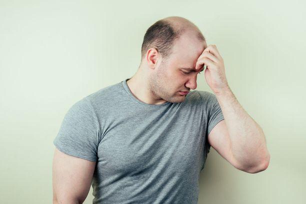 Mieshormonit vaikuttavat myös kaljuuntumiseen.