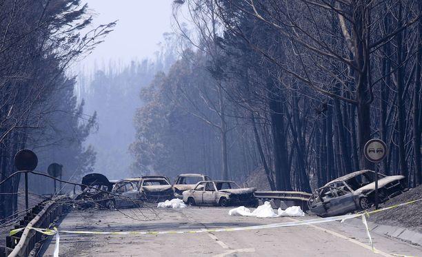 Palaneet autot ja niiden vieressä olevat valkoiset ruumispussit näyttävät tragedian laajuuden.