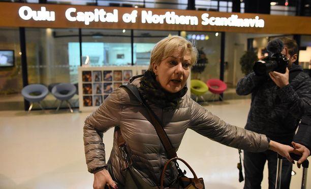 Suvi Lindén ei ollut edelleenkään halukas kommentoimaan kohuttua Uganda-matkaansa Oulun lentokentällä.
