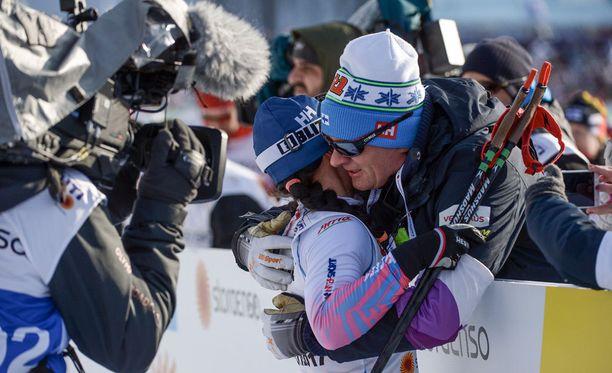 Krista Pärmäkoski ja Matti Haavisto vaihtoivat mitä lämpimimmän onnitteluhalauksen mitalin varmistuttua.