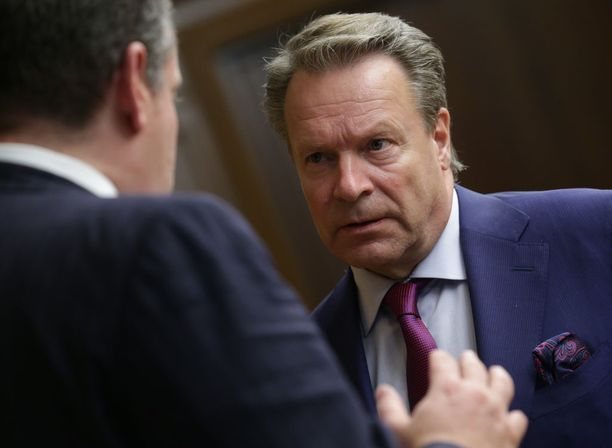 Puolustusvaliokunnan puheenjohtaja Ilkka Kanerva (kok) haluaa puhemieheksi. Kanervan värikäs menneisyys saattaa maksaa hänelle paikan.