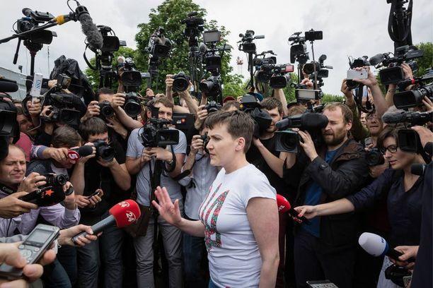Ukrainalaislentäjä Nadja Savchenkoa olivat Kiovan lentokentällä vastassa media, poliitiikkoja, aktivisteja ja ennen kaikkea läheiset sukulaiset. Savchenko joutui karjumaan kameroita kauemmaksi, jotta pääsi etenemään.