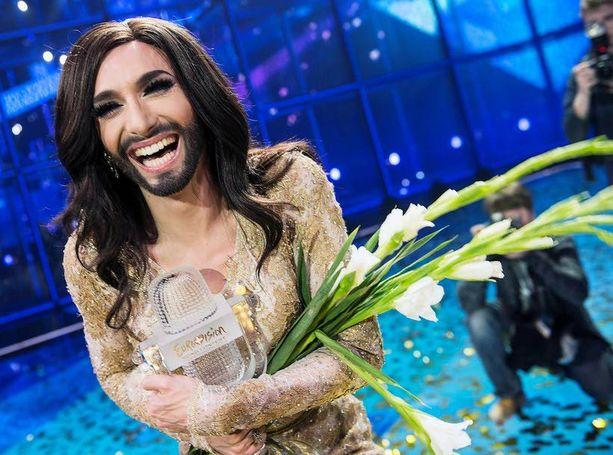 Tom on kertonut, että Conchitaksi muuntautuminen vie tunnin. Vaikka hän onkin mies, Conchitan parta ei ole silti 100-prosenttisen aito, vaan Tom ehostaa sitä mustalla luomivärillä.