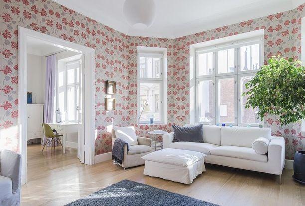 Tätäkään huonetta ei ole ikkunattomuudella pilattu, mutta huomaa, miten valkoinen katto raikastaa huoneen ilmettä.