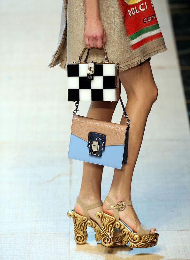 Ratkaisu tämäkin, jos pikkulaukun säilytystila ei riitä. Dolce & Gabbanan kevätmuotia syyskuussa pidetyltä Milanon muotiviikolta.