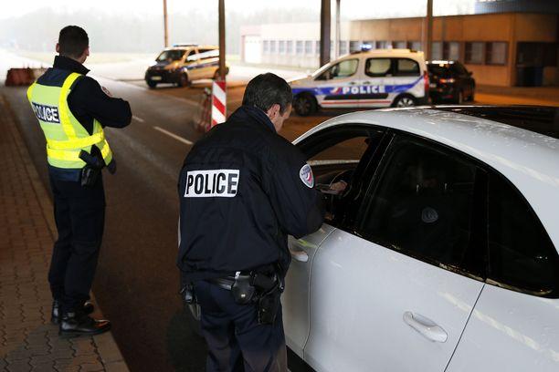 Ranskan ja Saksan poliiseja tekemässä rajatarkastuksia etsiessään Strasbourgin iskun tekijää 12.12.2018.