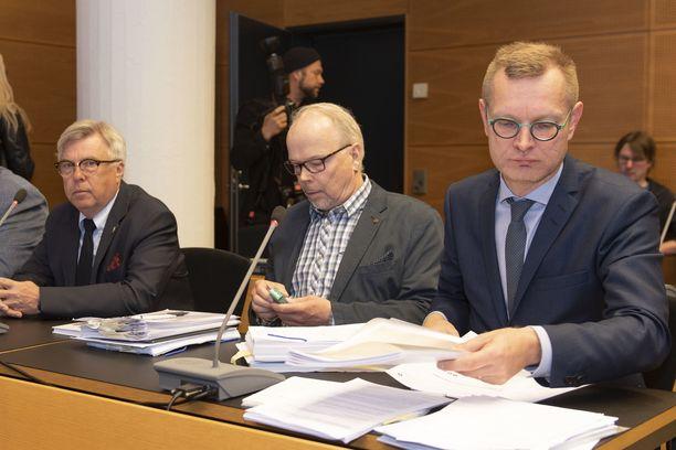Kari Lintilä (kesk.) vapautui kaikista syytteistä Helsingin käräjäoikeudessa. Lintilää avusti asianajaja Antti Riihelä (oik.).