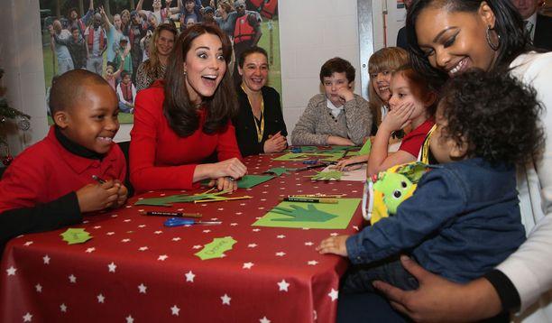 Herttuatar vaikutti nauttivan lasten kanssa hääräämisestä.