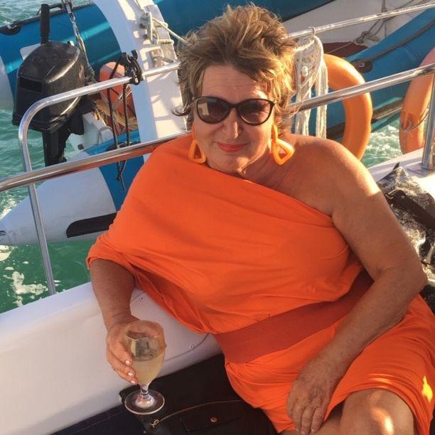 Kuvassa Heli Rajamäki nauttii elämästä Intian valtamerellä. Hän kiittää menestyksestään upeaa henkilökuntaansa ja uskollisia asiakkaitaan.