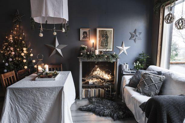 Virpi rakentaa joulun muun muassa kuusen, tähtien, valkoisen ja kullan avulla.