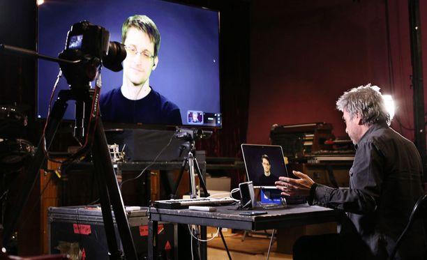 Snowden on esiintynyt maailmalla vain videolinkkien kautta, sillä tietovuotaja ei ole uskaltautunut Venäjän ulkopuolelle. Kuvassa keskustelussa ranskalaisen muusikko Jean Michel Jarren kanssa.