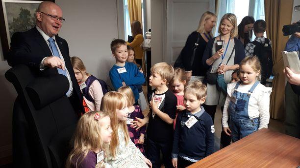 Jari Lindströmin työhuoneessa kaikki halukkaat saivat kokeilla ministerin työtuolia.