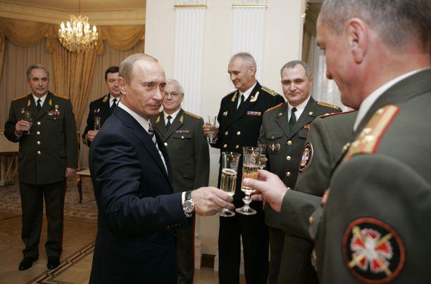 Presidentti Vladimir Putin nosti maljan edesmenneelle venäläisvakoojalle George Kovalille GRU:n museossa Moskovassa vuonna 2007.