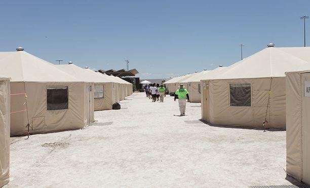 """Vanhemmistaan erotettuja siirtolaislapsia säilytetään muun muassa Texasissa Tornillossa sijaitsevassa """"telttakaupungissa"""", koska varsinaisissa säilöönottokeskuksissa ei ole tilaa."""