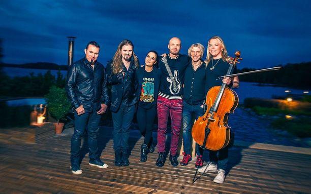 Sanni nousee Juha Tapion päivänä lavalle Apocalyptican kanssa.