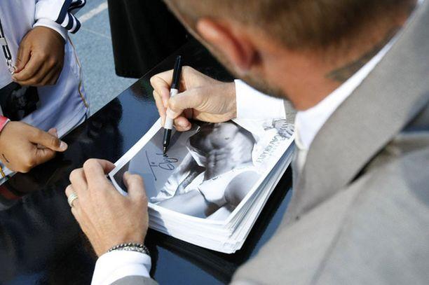 David Beckham kirjoitti nimikirjoituksia faneilleen eilisen mainoskampanjan lanseerauksen yhteydessä.