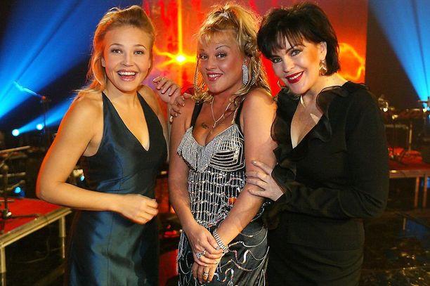 Suosion aallonharjalla Marita kuului artistien kirkkaimpaan kermaan. Isänpäiväkonsertin televsionauhoituksessa vuonna 2002 hän poseerasi yhdessä Kikan ja Paula Koivuniemen kanssa.