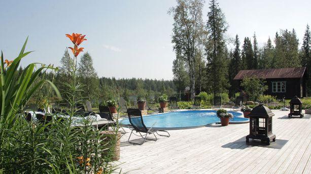 Kartanon takapihalla on lämmitetty uima-allas ja vieressä virtaa Ounasjoki. Altaan lisäksi talosta löytyy hulppea spa-osasto, jossa on muun muassa höyrysauna.