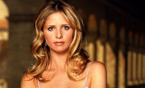 Sarah Michelle Gellar näytteli pääroolia suositussa Buffy, vampyyrintappaja -sarjassa. Sittemmin hänet on nähty lukuisissa elokuvissa ja televisiosarjoissa. Hän on naimisissa näyttelijä Freddie Prinze Juniorin kanssa ja pariskunnalla on kaksi yhteistä lasta.