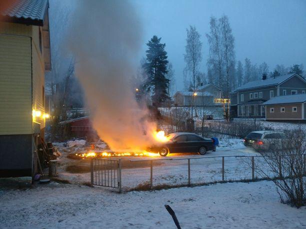 Auto roihusi tulessa maanantaiaamuna Lahdessa.