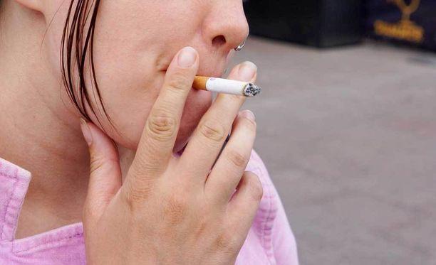 Esitys tupakoinnin rajoittamisesta on tarkoitus antaa eduskunnalle 7. huhtikuuta. Lain olisi tarkoitus tulla voimaan toukokuun loppupuolella.