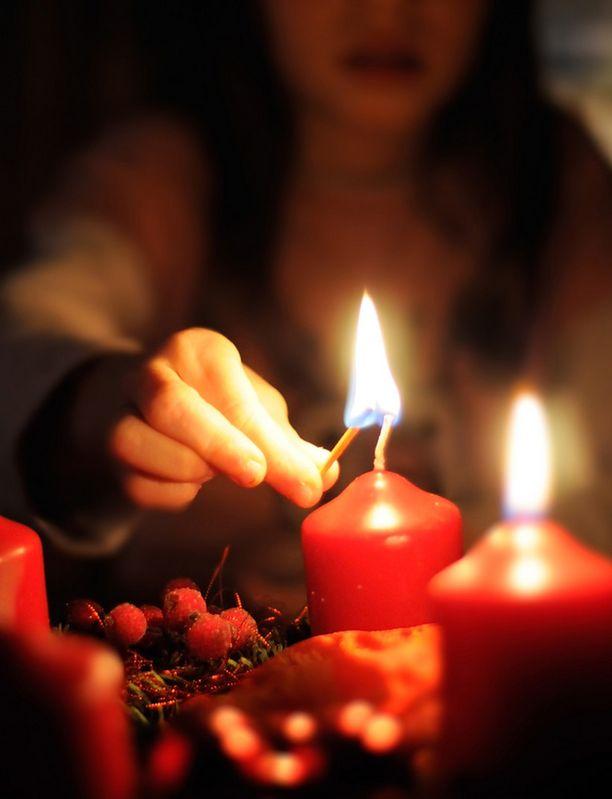 Kynttilän polttaminen on tutkijan mukaan terveysriski.