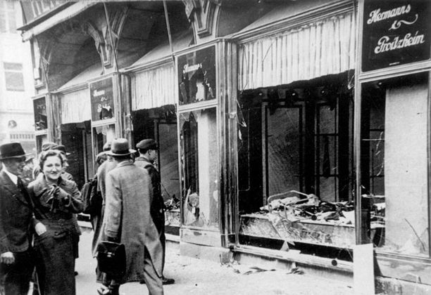 Useat saksalaiset olivat suorastaan riemuissaan, kun juutalaisten liikkeitä ja synagogia tuhottiin kristalliyönä. Kuva on seuraavalta aamulta Magdeburgista.
