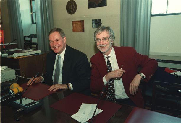 Paavo Lipponen ja Erkki Tuomioja hallitusneuvotteluissa keväällä 1999.