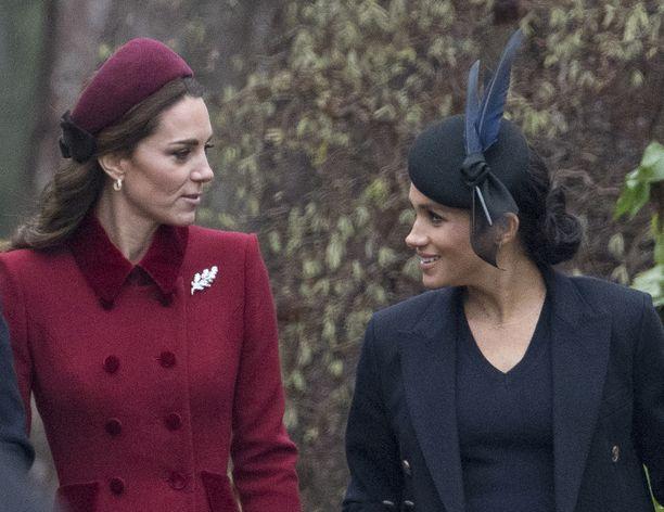 Herttuatar Catherine ja herttuatar Meghan näyttivät uppoutuneen keskusteluun kävellessään joulukirkkoon rinnakkain.