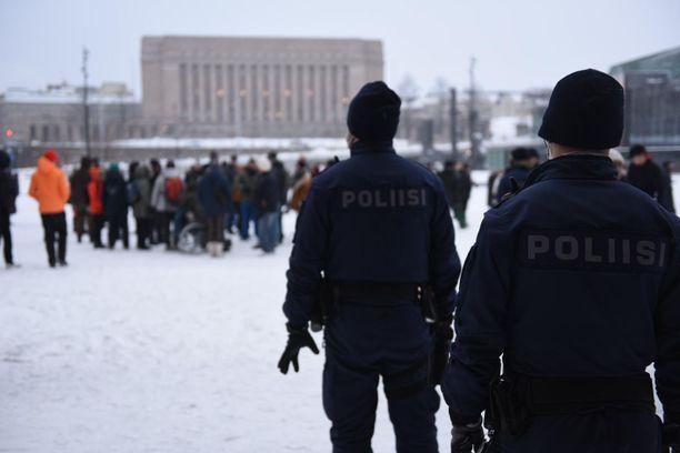Poliisi kertoo Twitterissä, että tapahtuman järjestäjä oli kieltäytynyt noudattamasta avin kokoontumisrajoituksia.