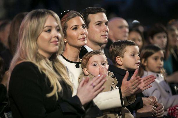 Ivanka Trump (toinen vasemmalta) ja Jared Kushner häärivät edelleen Valkoisessa talossa.
