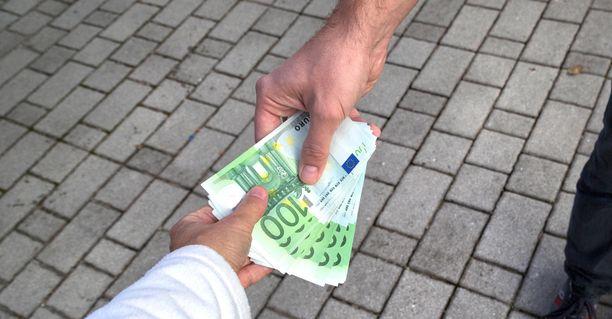 Työntekijöistä maksetaan nykyään vinkkipalkkioita.