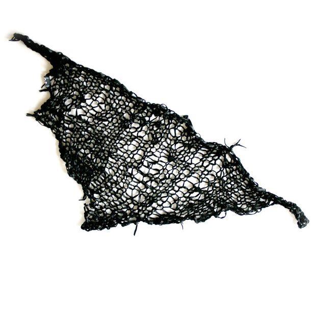 Tämä huivi on kudottu mustasta lampaannahasta.