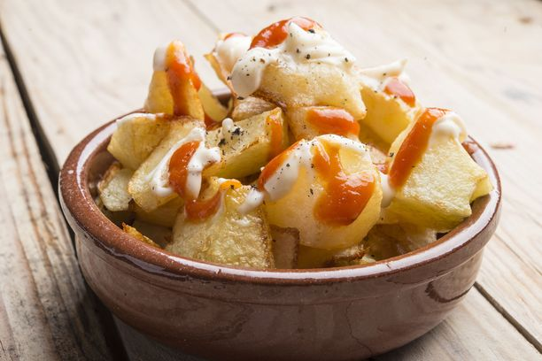 Rapeita perunakuutioita maustettuna savupaprikalla, mustapippurilla ja suolalla. Ohessa chilistä majoneesikastiketta. Patatas bravas maistuu vaikka sellaisenaan oluen kanssa.